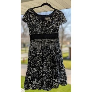 Black & White Floral Dress with Pockets!